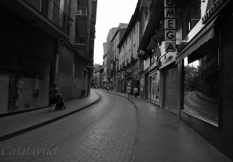 Paseando por la céntrica calle Rúa seguro llama nuestra atención la torre inclinada de la iglesia de San Pedro de los Francos