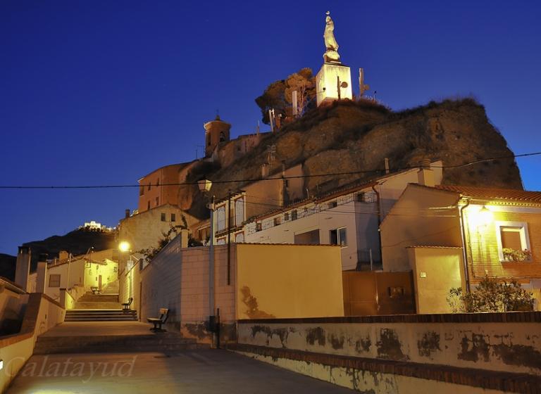 Al fondo San Roque, patrón de la fiesta Mayor y lugar de romería en fiestas