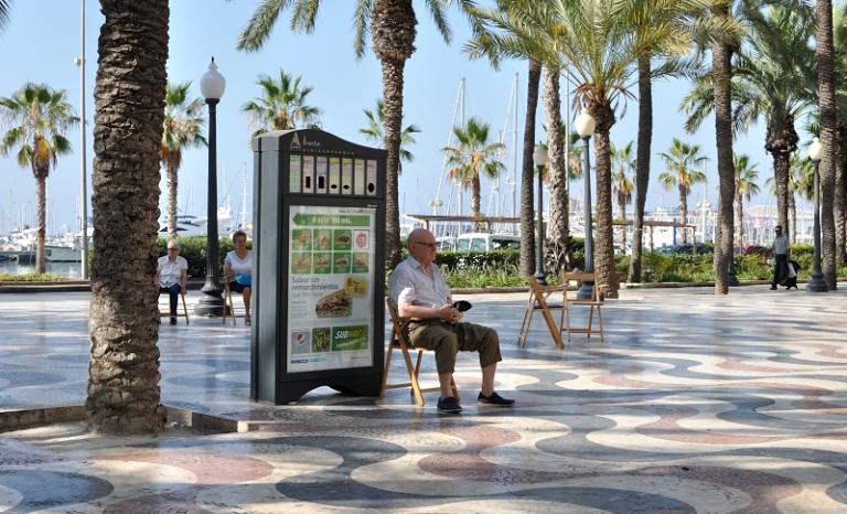 Explanada de España, sentarse, conversar... a la sombra de sus palmeras y brisa del mar