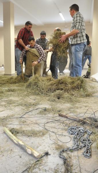 """Onso, rellenando la""""piel""""del oso con hierba y las cadenas del domador"""